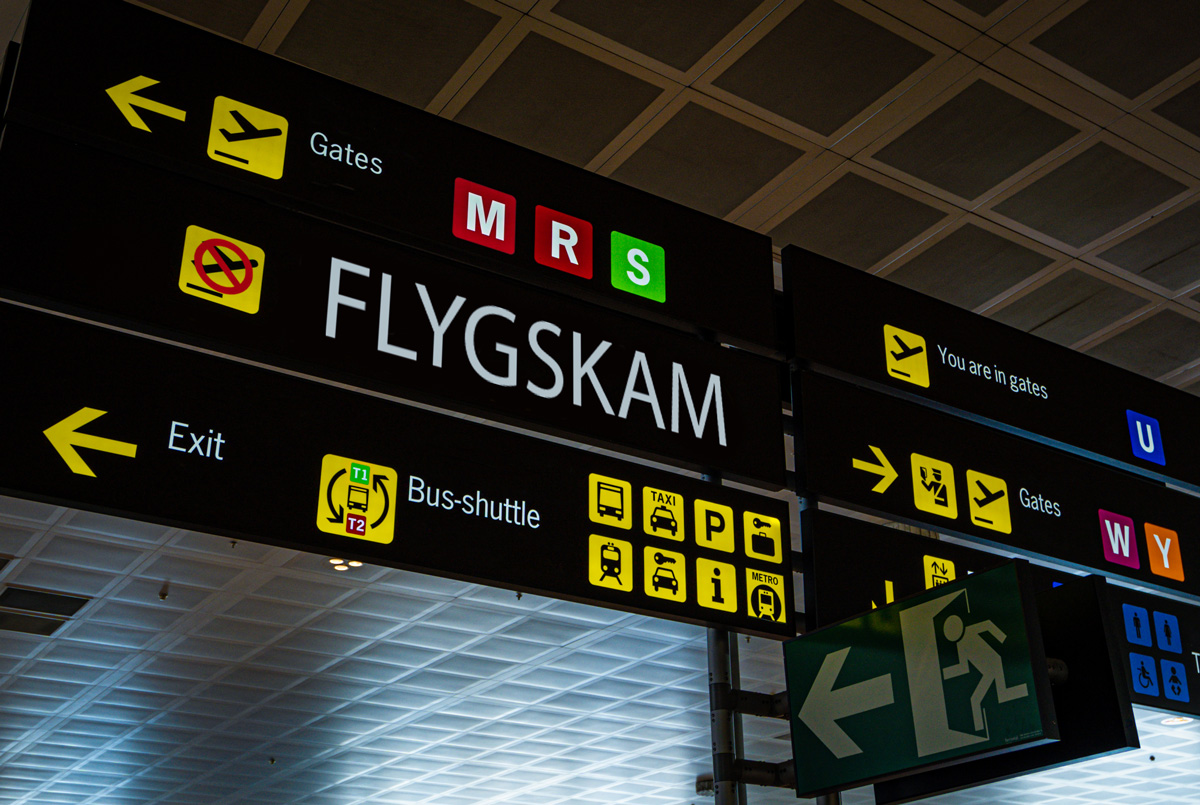 Information panel with Flygskam word on it at an international airport (© tanaonte / stock.adobe.com)