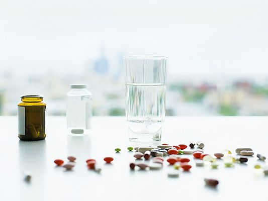 Medicine and glass of water (© peshkova / Adobe Stock)