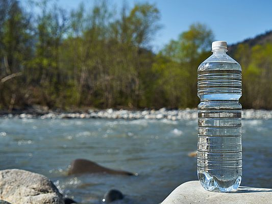 Plastic bottle with clean drinking water (Foto: Anna/Adobe Stock)