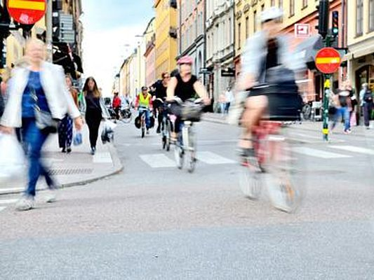 Bicyclists in traffic (Foto: connel_design/Fotolia)